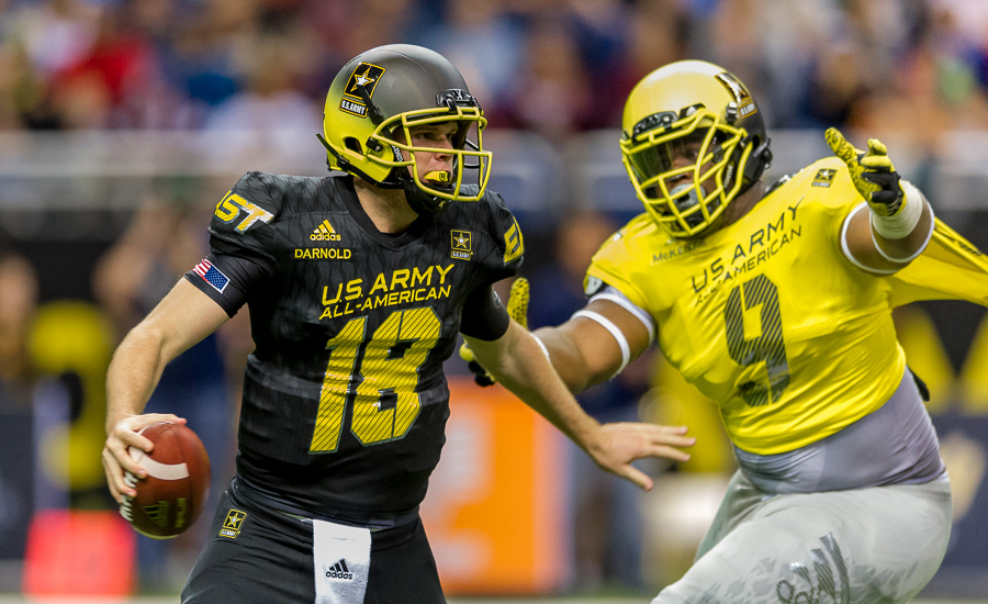 East quarterback Sam Darnold tries to avoid West DL Lahlil McKenzie during the 2015 U.S. Army All American Bowl.